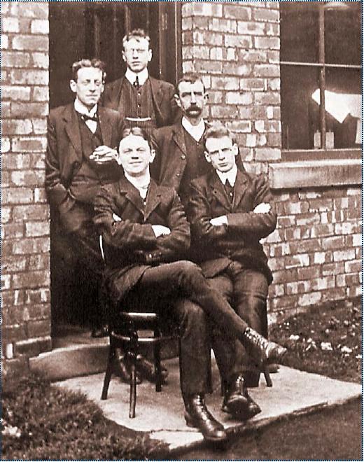 Fot. 1. Odkrywcy osadu czynnego: William T. Lockett – pierwszy z prawej w pierwszym rzędzie oraz Edward Ardern – pierwszy z lewej w drugim rzędzie