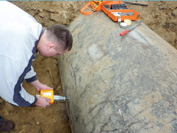 Fot. 2 Badanie wytrzymałości betonu w rurach z betonu sprężonego metodą sklerometryczną (zdjęcie własne)