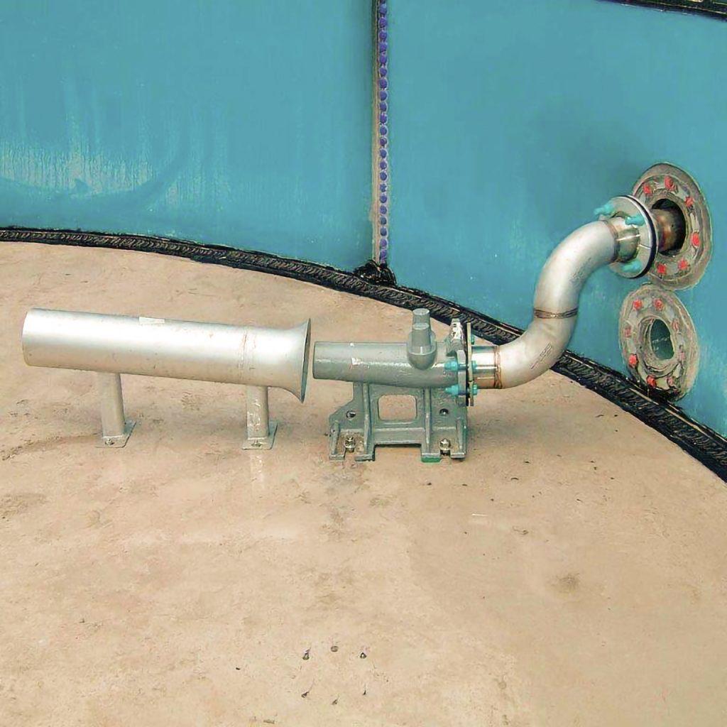 Fot. 5 Montaż mieszadła eżektorowego wewnątrz zbiornika, pompa recyrkulacyjna znajduje się poza reaktorem [15]