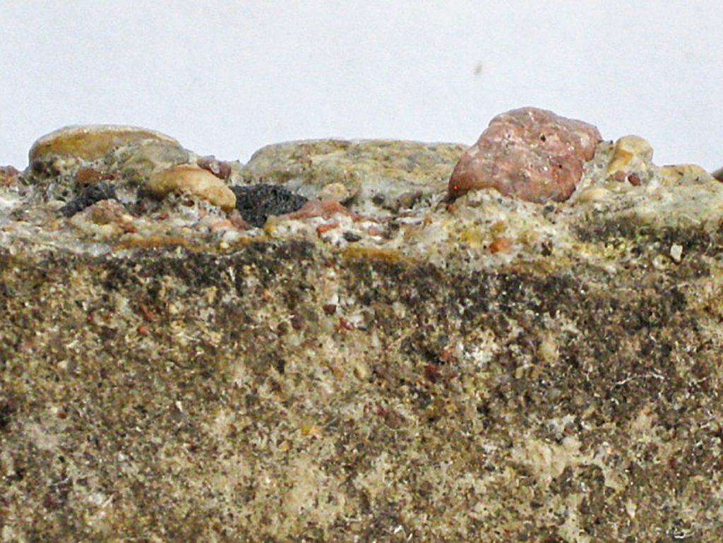 Rys. 1 b Silnie skorodowana powierzchnia betonu po usunięciu wykwitów wodą pod wysokim ciśnieniem