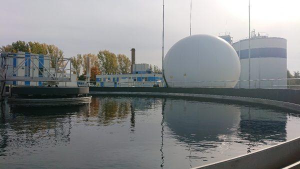 Fot. 5 Osadnik wtórny. W tle zbiornik biogazu, komora fermentacyjna oraz budynek technologiczny