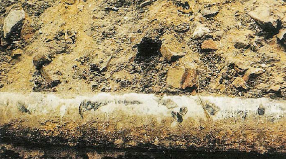 Rys. 8 Rura stalowa z wokół niej widocznymi dużymi kamieniami [16]